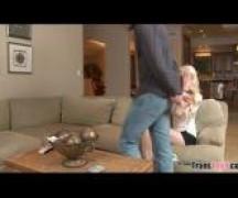 Na sala de casa xvideos sexo travestis dando para o chefe